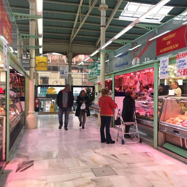 Uno de los pasillos del mercado El Fontán